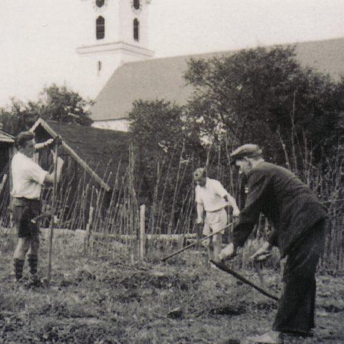 Arbeit an den ersten Fussballplatz